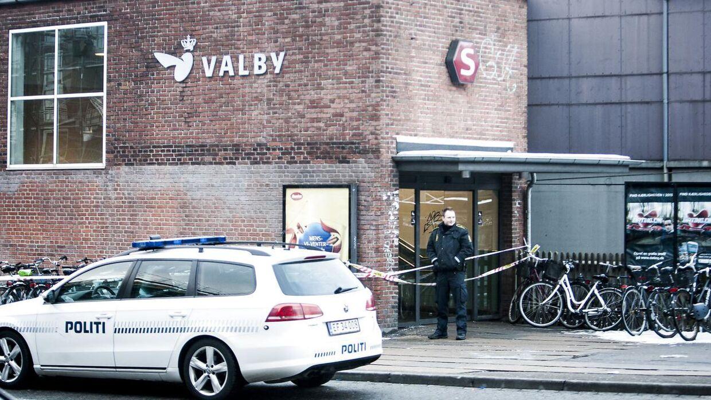 En mand er helt umotiveret blevet stukket i maven med en kniv på Valby Station.