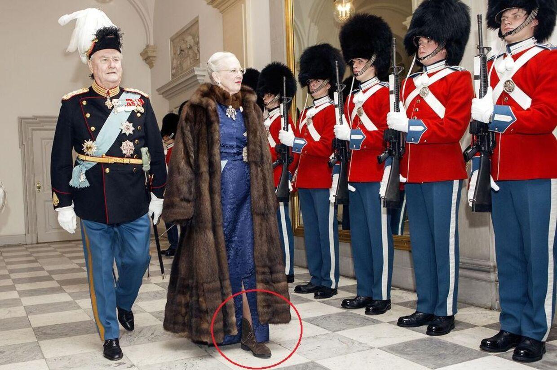 Dronning Margrethe ønskede tilsyneladende ikke at blive fodkold under mandagens Nytårskur. I hvert fald havde hun valgt en noget anderledes fodbeklædning, end hvad vant er fra hendes side. Foto: Nikolai Linares