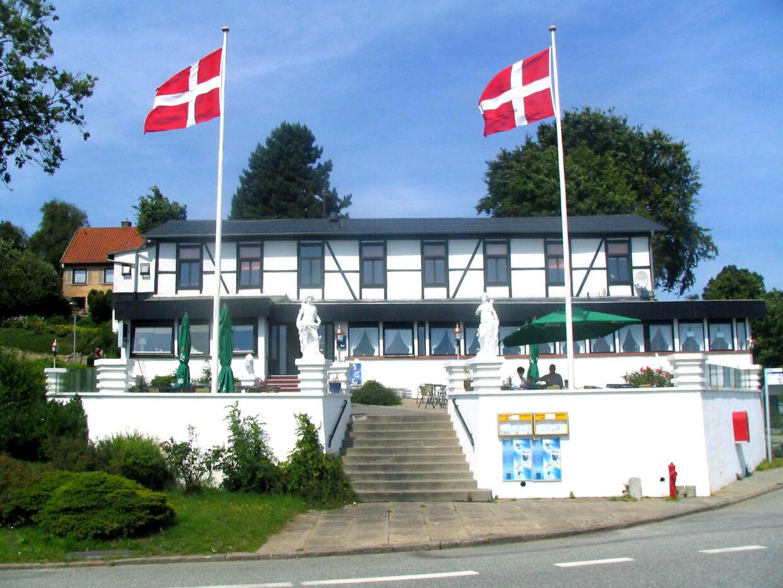 Så flot så det 200 år gamle Strandhotel Sønderhav ved Kruså i Sønderjylland ud inden branden.