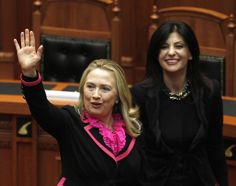 Hillary Clinton forventes at træde tilbage fra posten som udenrigsminister, så snart Barack Obama har fundet en udskiftning.