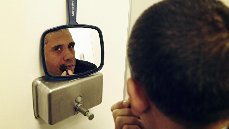 Lidt foundation og pudder er, hvad Louis Ortiz behøver for at kopiere Obamas teint. De strittende ører har han fået i vuggegave – andre impersonators er nødt til at sætte kunstige ører på for at tilegne sig det Obama-karakteristika.