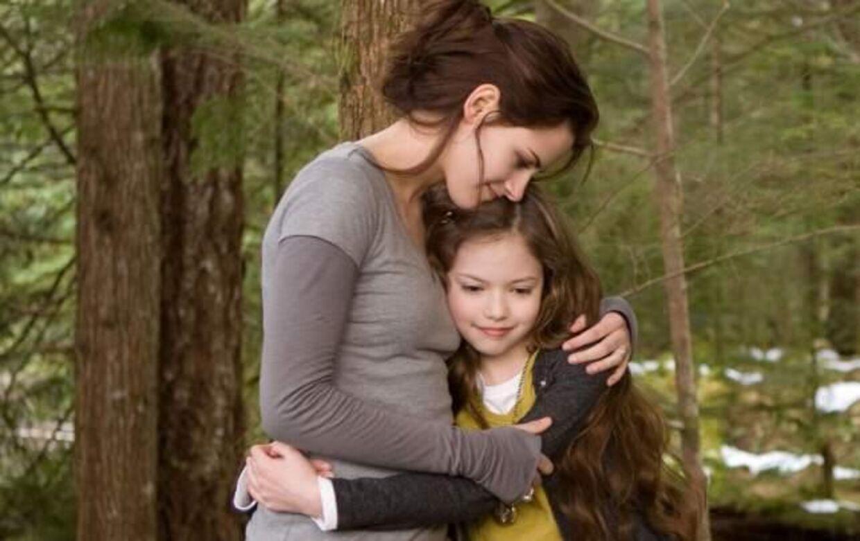 "Mackenzie Christine Foy sammen med Kristen Stewart i ""Twilight - Breaking Dawn"". Foto: Allover"