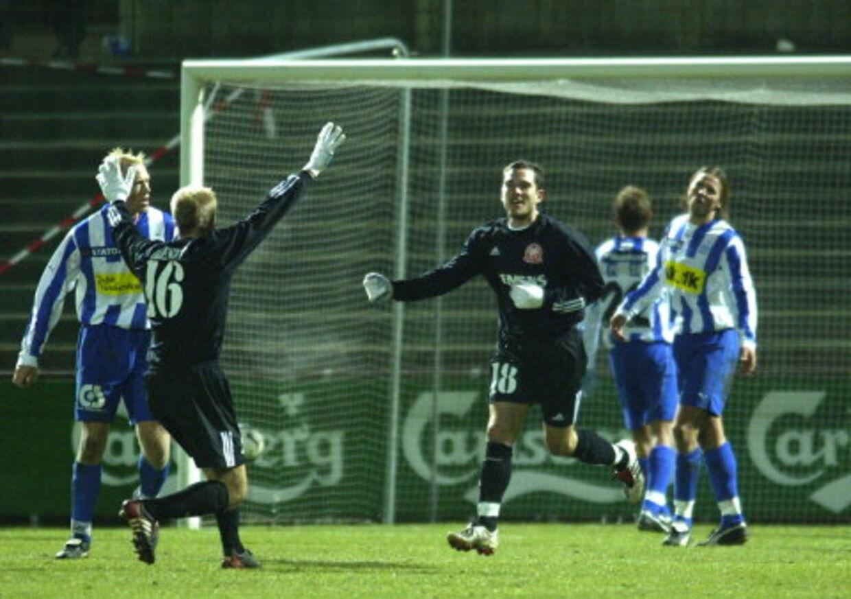 AaBs Martin Ericsson (18) jubler efter sin scoring i sejren over Esbjerg, mens Allan Olesen løber ham i møde. Foto: Claus FIsker