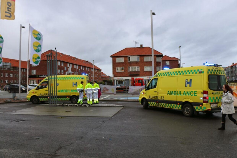 Tre cyklister, heraf en med en barn bagpå, blev kørt ned tirsdag eftermiddag. Her ses ambulancerne på stedet