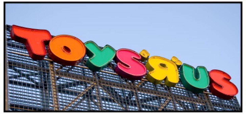 En tre måneder gammel baby blev glemt i en Toys 'R' Us-butik i Texas.