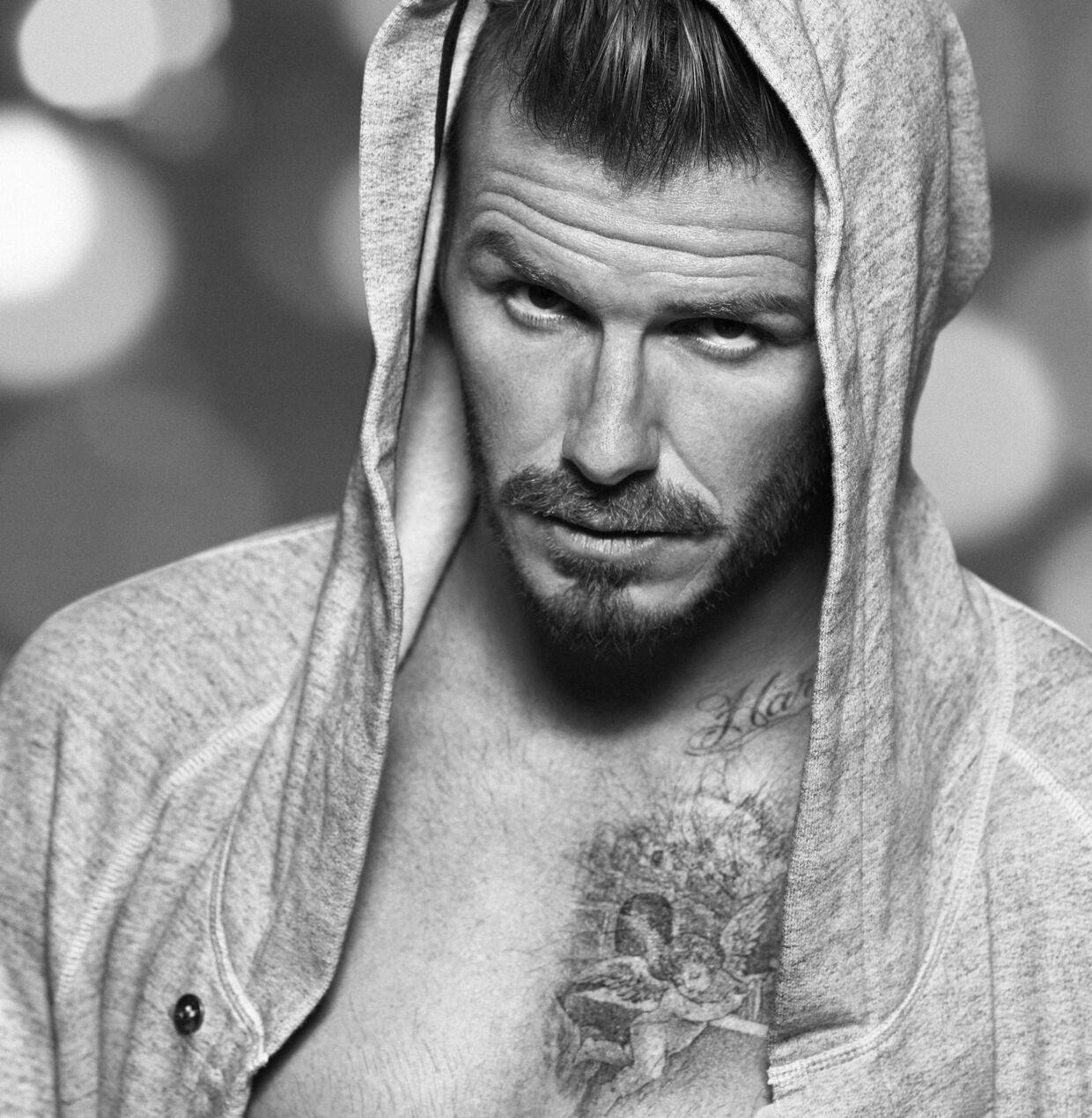 David Beckhams dybdeborende blik og betragtelige bule skal nok motivere (hypnotisere) apatiske forbrugere til at suse ind i H&M...Foto: H&M