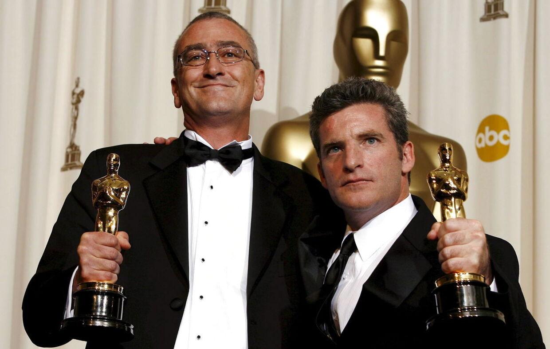 Mike Hopkins (t.v.) og Ethan Van der Ryn (t.h.) modtager her en Oscar for filmen King Kong.