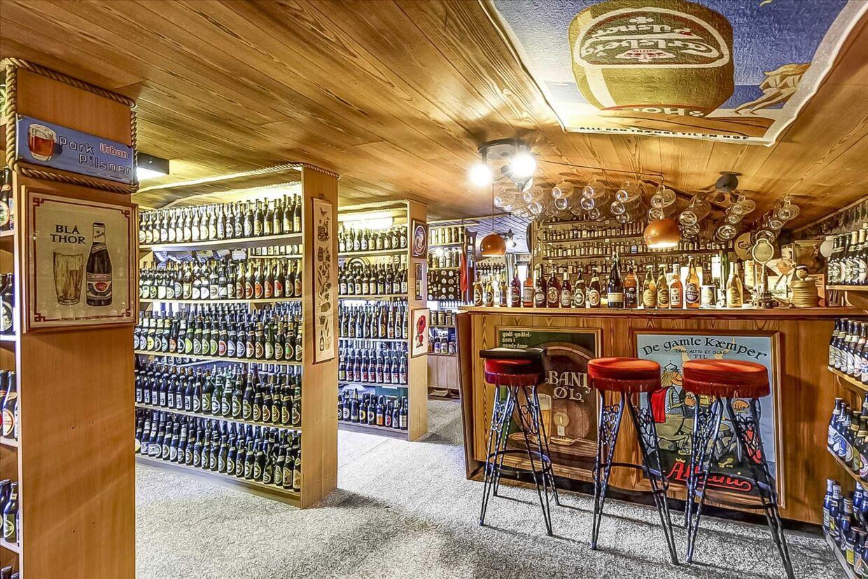 En samling på 10.000 fyldte ølflasker og dåseøl fylder godt op i et 240 kvm. store parcelhus i Aalborg, der er sat til salg.