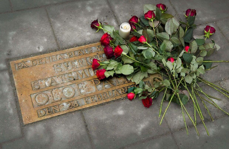På årsdagen for mordet blev der lagt røde roser ovenpå Olof Palmes mindeplade i 2011.