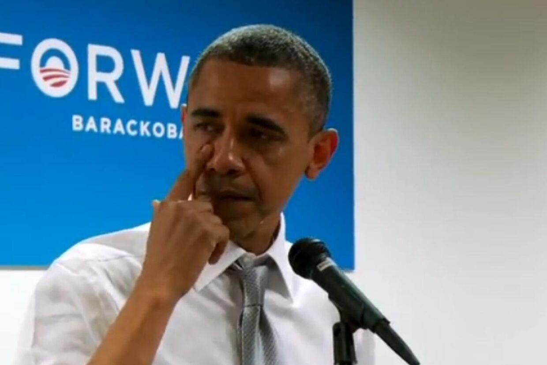 En rørt Barack Obama måtte tørre tårer væk under en takketale.