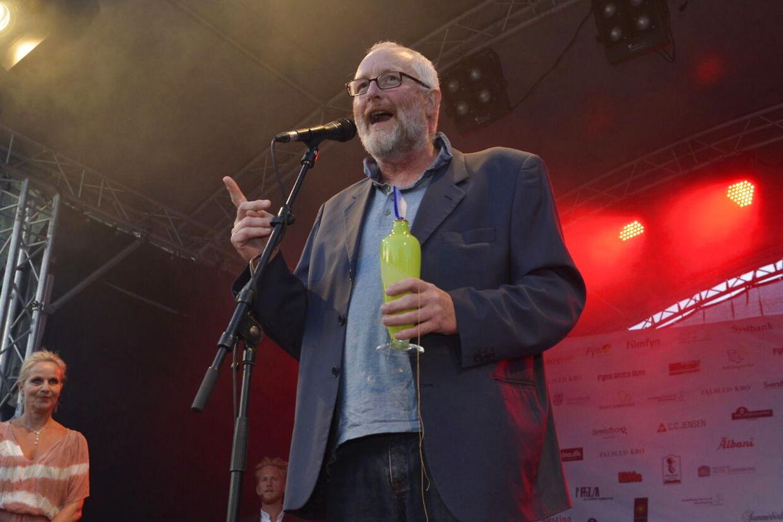 Peter Aalbæk Jensen, Zentropa-boss med 'pokalen' i Svendborg onsdag aften. Det var dog på vegne af skuespilleren Mads Mikkelsen, at Peter Aalbæk tog imod prisen. Mads Mikkelsen løb med prisen som Årets mandlige skuespiller.