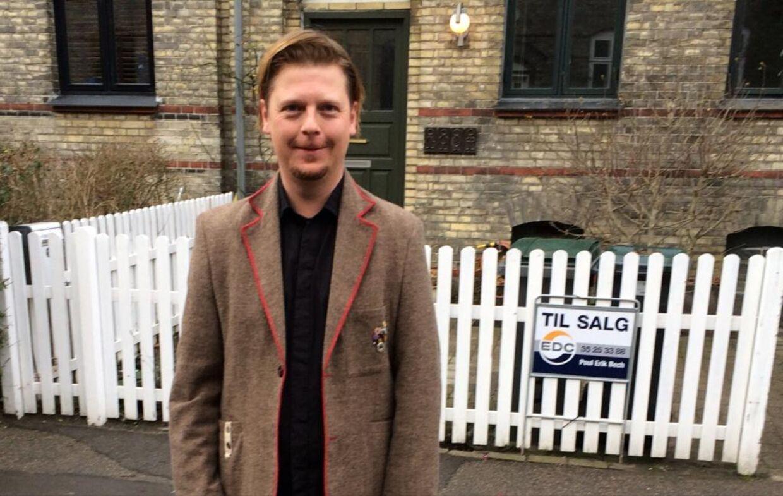 Tommy Grøn foran huset på Østerbro, som nu er til salg. Og som ligger ved siden af Helle Thornings hus.