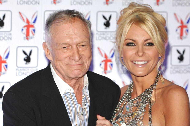 Den 86-årige Playboy-skaber Hugh Hefner er blevet gift med sin 60 år yngre forlovede Crystal Harris. Her ses de sidste år sammen i London.
