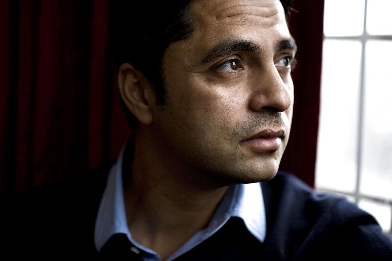 Kirkeminister Manu Sareen (R)