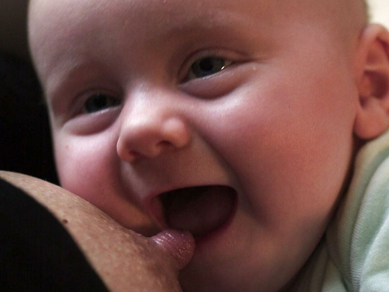 Baby får bryst...