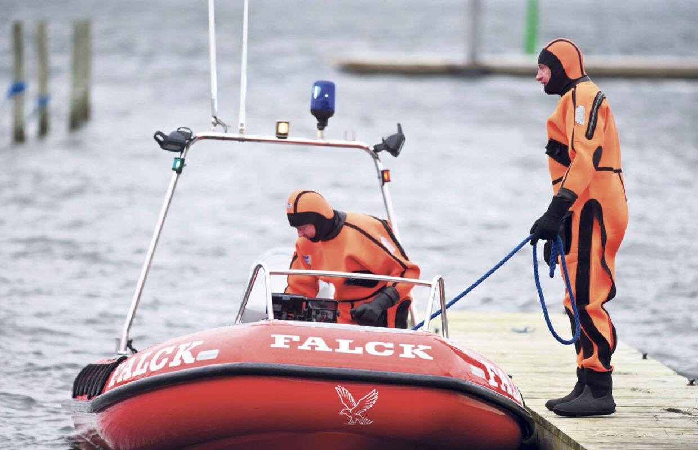 Falck-reddere leder efter ofre for kæntringsulykken.