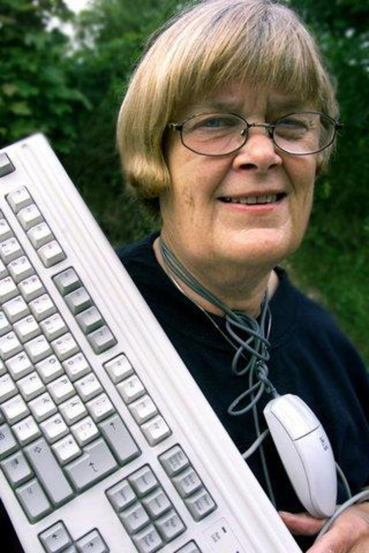 Det med computere er slet ikke så svært - man skal bare turde det, mener »bedste«, Hanne Fachmann. Så hun er åben for alle slags spørgsmål. Foto: Henrik Ole Jensen