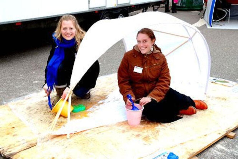 Mette Ferklov, tv, og Pernille Woller hygger sig i deres strandtelt, som har underlag i bævernylon, teltdug i polyester og stænger i træ.
