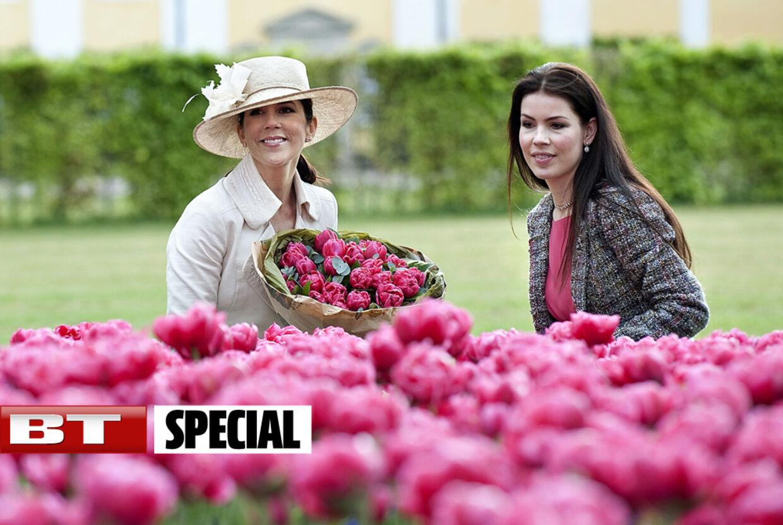 Helle Reedtz-Thott (th) ses her sammen med kronprinsesse Mary i tulipanparken ved Gavnø Slot.