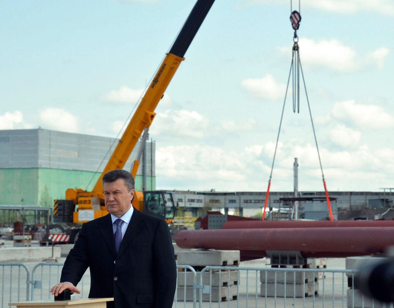 Ukraines præsident Viktor Yanukovych, satte torsdag gang i det kæmpe-bygge, der skal forsøge at stoppe strålingen fra Tjernobyl-værket.