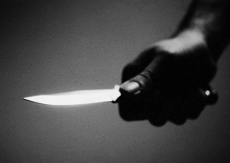 En kun 14-årig pige blev i går væltet af cyklen og truet med en kniv.