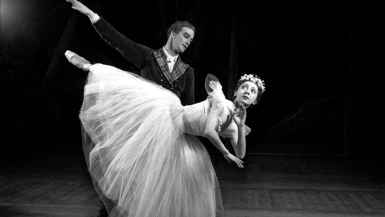 Danmark anno 1950. Margrethe Schanne danser Sylfiden på Det Kongelige Teater.