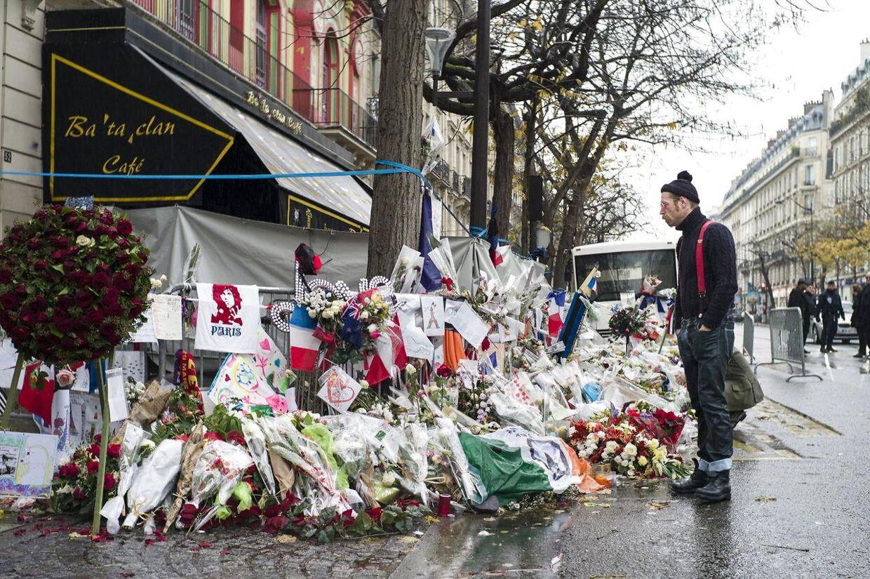 Arkivfoto: Blomster foran Spillestedet Bataclan i Paris, der blev ramt af terror i november 2015 EPA/YOAN VALAT