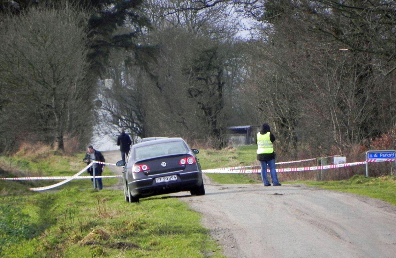 En kvinde er under mystiske omstændigheder tirsdag 1. januar 2013 fundet død på græsplænen foran en udlejningsejendom, der er ejet af Prins Joachim.