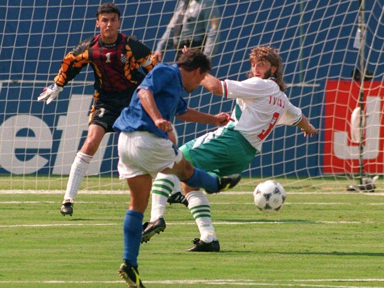Ivanov, som her ses i duel med Roberto Baggio i VM-semifinalen i 1994, er død efter et hjertetilfælde.