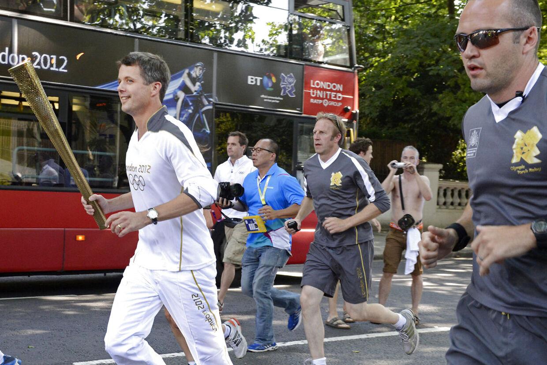 Kronprins Frederik løber med den Olympiske fakkel gennem Notting Hill torsdag den 26. juli. (Foto: Søren Bidstrup/Scanpix 2012)