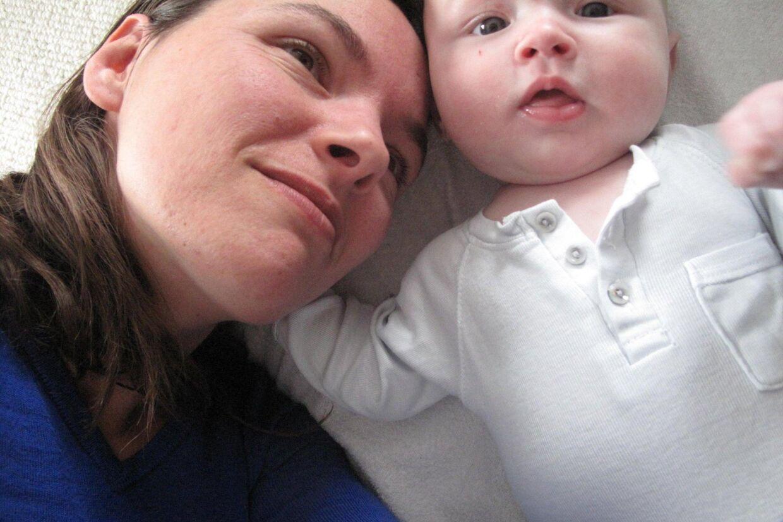 Flere og flere danske forældre vælger vaccination fra på vegne af deres børn. Én af dem er 33-årige Kathrine Pilgaard Jensen, der her ses med sin tre måneder gamle søn.