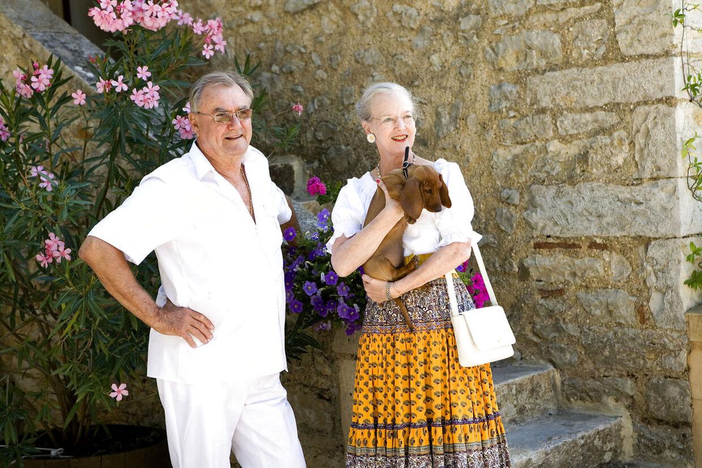 Dronning Margrethe og Prins Henriks med en af parrets gravhunde.