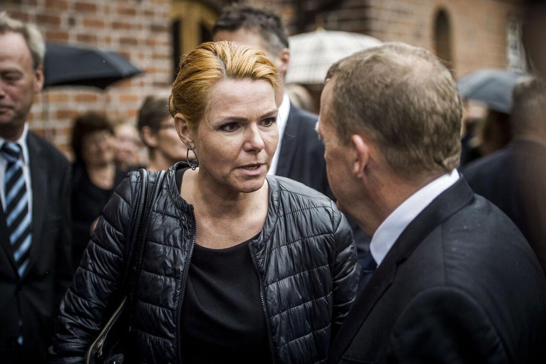 Harald Nielsens begravelse fra Skovshoved kirke. Her ses Inger Støjberg og Lars Løkke Rasmussen,