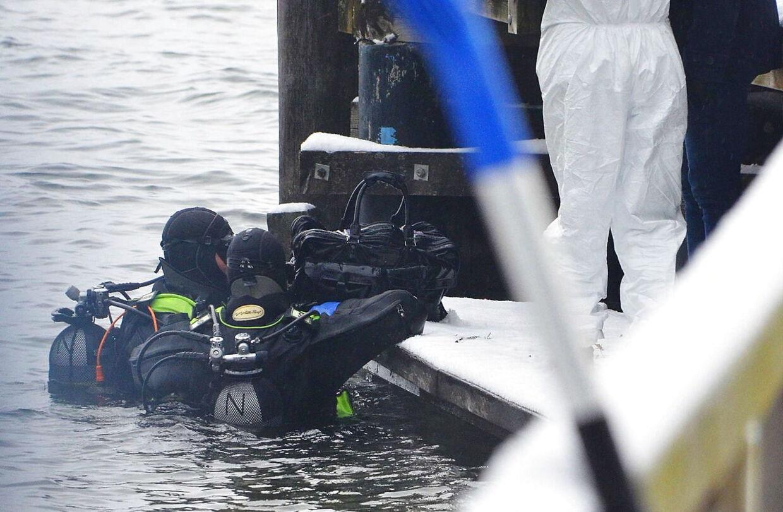 Her ses dykkere med en pose fundet i den østrigske flod Traunsee d. 4. januar 2016. Dagen forinden havde politiet fundet en kuffert med ligdele fra en ældre kvinde. Lige siden det fund, har politiet gennemsøgt søen, der er Østrigs næststørste.