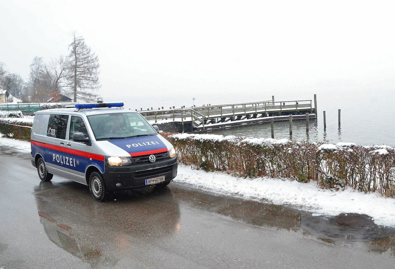 Her ses en politibil foran den østrigske sø Traunsee, hvor to kufferter med ligdele fra en 71-årig kvinde blev fundet d. 3. januar. Kvindens hoved var ikke blandt ligdelene, men det fandt man senere indstøbt i en betonklods, der var fæstnet til hendes mands håndled. Manden fandt man i søen på 4,5 meters dybde, og politiet formoder, at han har dræbt både sin kone og sig selv.
