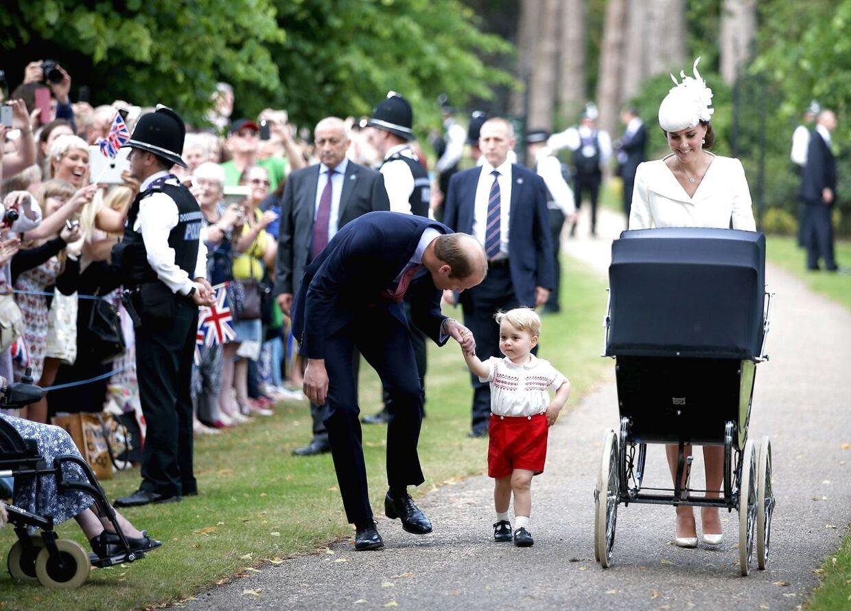 Hertuginde Catherine af Cambridge, Prince William, Prins George og Prinsesse Charlotte på vej til barnedåb.
