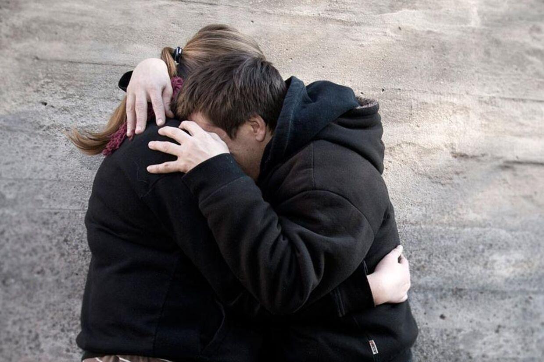 Dette par er blandt dem, der er flygtet fra Vollsmose. De tør ikke stå frem med ansigt, selvom de begge er flyttet ud af bydelen.