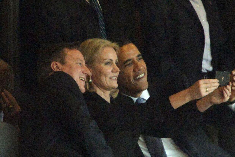 David Cameron (yderst til venstre) siger, at Helle Thorning-Schmidt vil tage det berømte 'selfie-billede'.