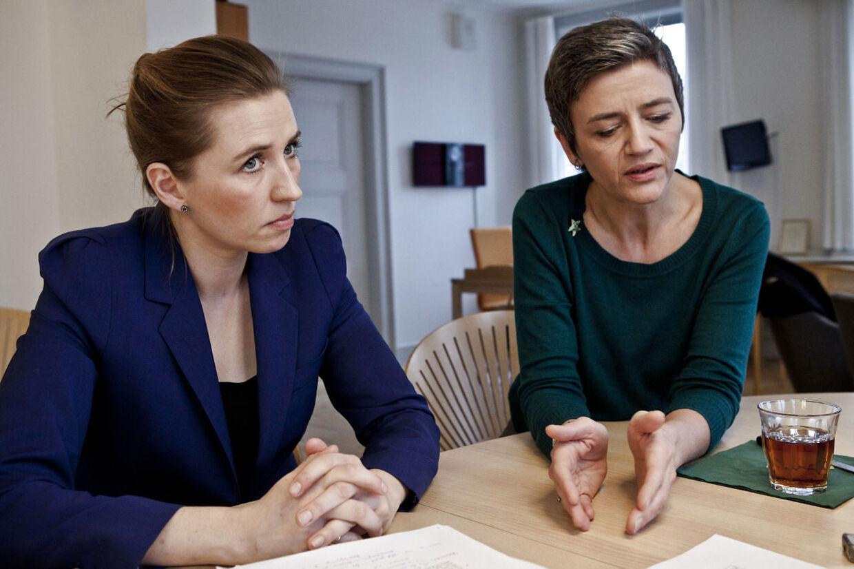 Beskæftigelsesminister Mette Frederiksen (S) løfter sammen med de Radikales leder, Margrethe Vestager (R), sløret for regeringens indsats over for de godt 50.000 ledige under 30 år, som i dag er på kontanthjælp.