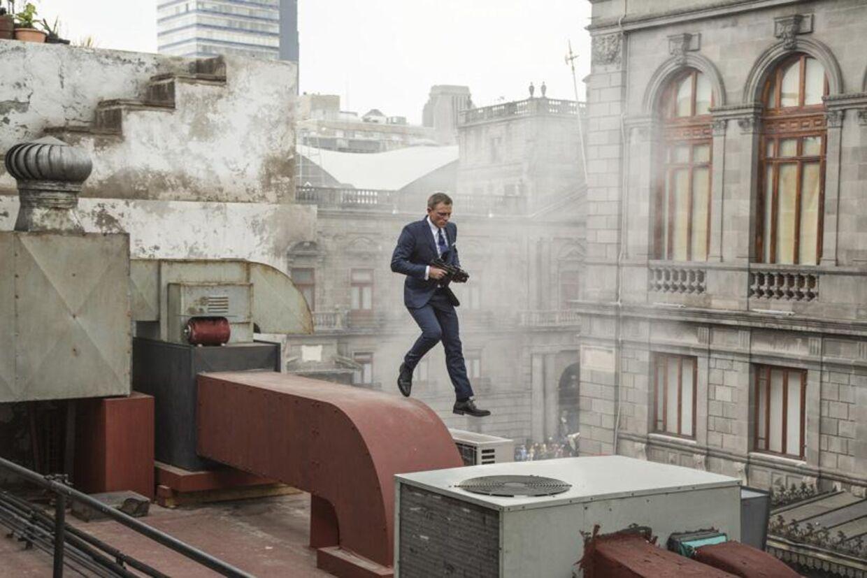 Bond jagter skurken Marco Sciarra under 'De dødes dag'-paraden i Mexico City, med spring over hustage.