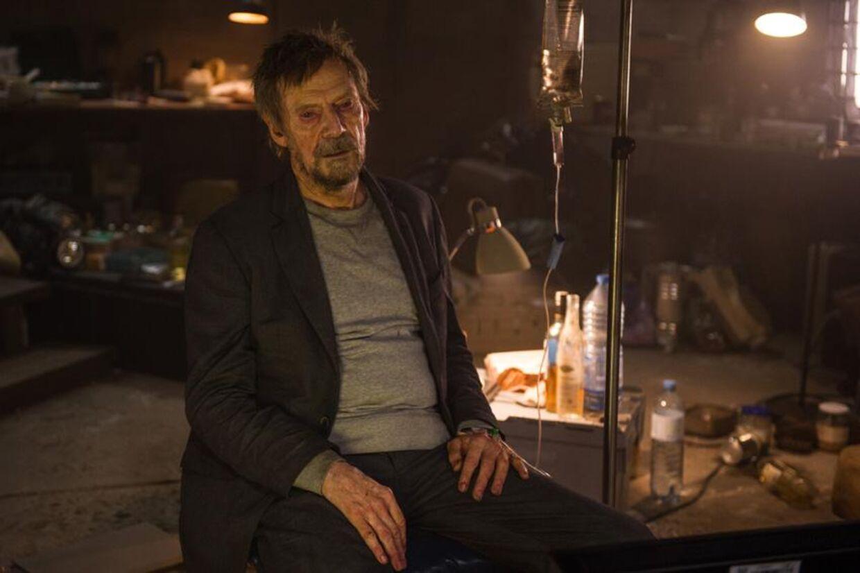 'Den blege konge' viser sig at være den nu syge Bond-skurk Mr. White (igen godt spillet af danske Jesper Christensen).