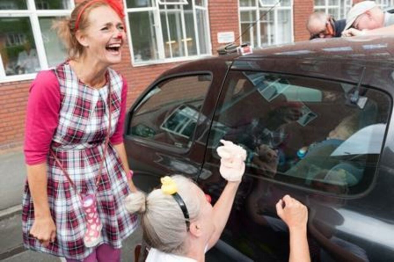 Et par hospitalsklovne gav en hjælpende hånd, da en lille dreng var spærret inde i en bil. Foto: Pia Crone Madsen
