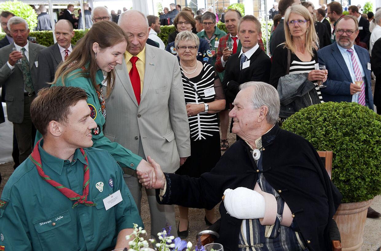 Prins Henrik mødte op med armen i slynge og gips til Dronningens haveselskab tirsdag. Hoffet fortæller nu hvorfor.