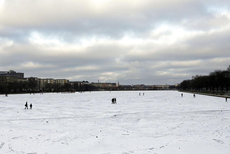 Der er endnu et stykke vej til, at havene omkring Danmark fryser til is, men vinteren har bidt sig fast, og det betyder is på fjorde, søer og åer. Her fra Søerne i København søndag 3. januar 2010, hvor folk skyder genvej over den frosne sø eller laver glidebane, til glæde for børn og voksne.