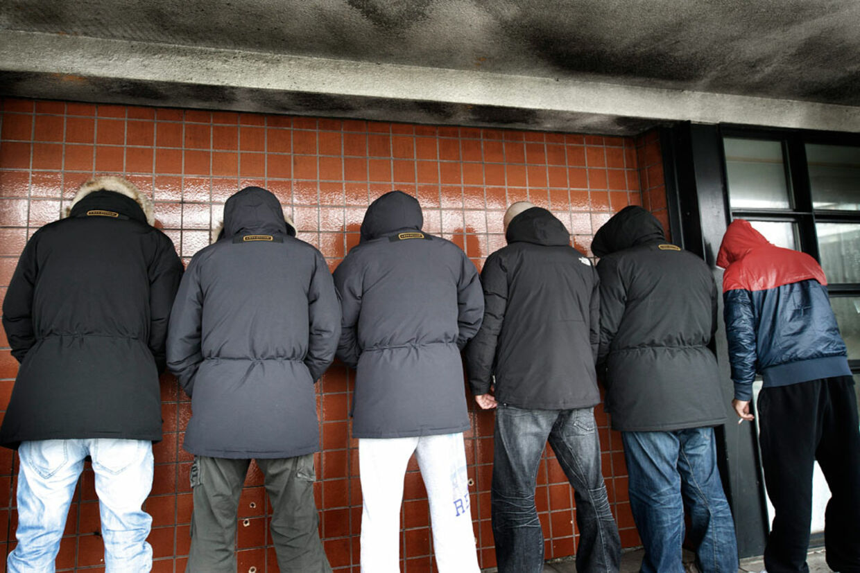 De unge mænd med udenlandsk baggrund afviser at være racister, selv om langt de fleste indbrud bevidst begås mod etniske danskere.