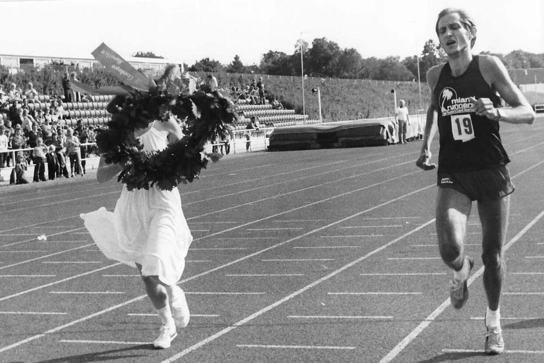 Jørn Lauenborg løber i mål på Rundforbi Stadion som vinder af det første Copenhagen Marathon i 1980 i 2.13.45. Foto: Kurt Nielsen