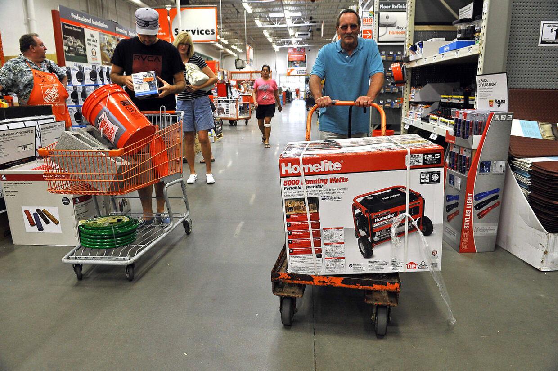 Indbyggere i byen Kitty Hawk i North Carolina forbereder sig på orkanen Irene ved blandt andet at købe el-generatorer. Også i North Carolina er staten er klæret i undtagelsestilstand og tusinder evakueret fra de kystnære områder.