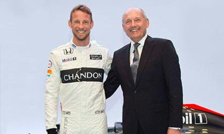 Der er blevet spekuleret længe omkring Jenson Buttons (tv.) fremtid i Formel 1, og han er sågar blevet rygtet som ny vært på det populære bilprogram Top Gear på BBC. Nu melder han selv ud, at han minimum kører for McLaren til 2016.