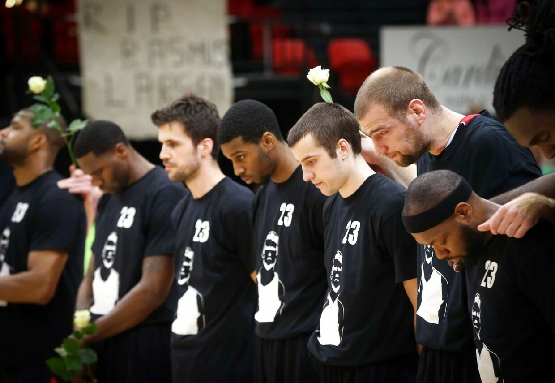Rasmus Glarberg Larsens holdkammerater mindes den afdøde dansker inden kamp. AFP PHOTO / BELGA PHOTO / VIRGINIE LEFOUR **BELGIUM OUT**