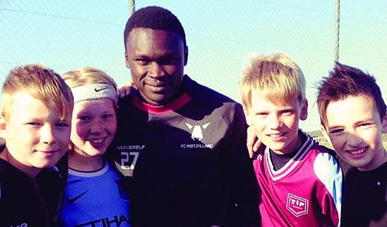 Pione Sisto tager sig tid til at hilse på nogle unge spillere fra ungdomsklubben Tjørring IF
